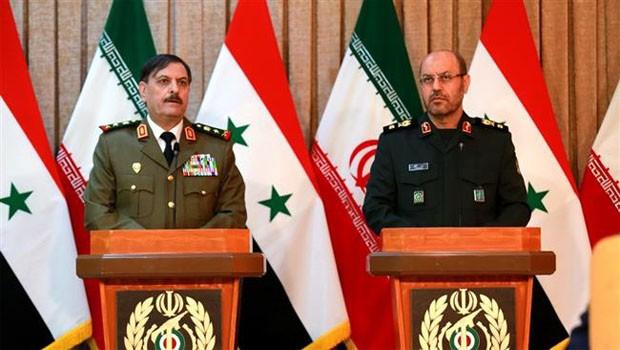 Az iráni védelmi miniszter, Hossein Dehqan dandártábornok (J) egy sajtótájékoztatón az ő szíriai kollégájával Fahd Jassem al-Freij tábornokkal Teheránban 2015