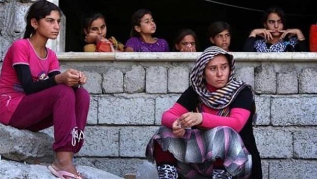 Iraki izadi nők, akik elmenekültek a ISIL terrorista csoport elől az iraki Sinjar városból.