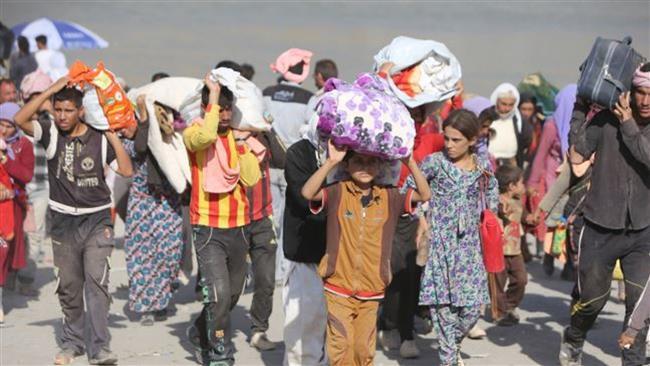 Izadi kurdok kényszerülnek átkelni az iraki-szíriai határon a Fishkhabur átkelőnél, Észak-Irakban, 2014. augusztus 13-án.