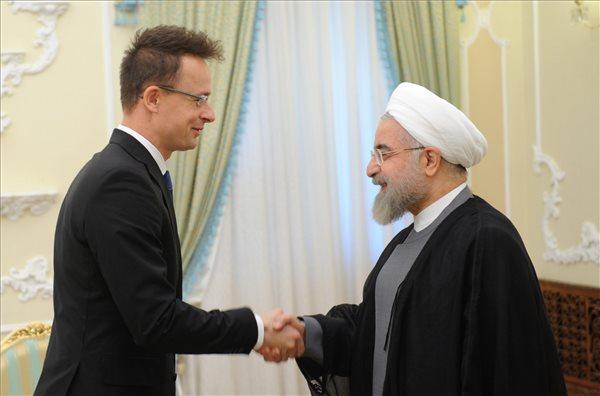 Haszan Rohani iráni elnök (j) fogadja Szijjártó Péter külgazdasági és külügyminisztert Teheránban 2015. május 18-án.(Fotó MTI KKM)