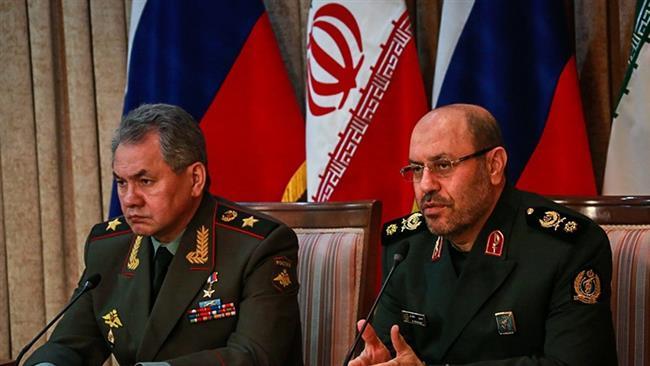Hossein Dehqan dandártábornok (J) Irán védelmi minisztere orosz kollégájával, Sergey Shoigu-val egy sajtótájékoztatón 2015.01.20-án Teheránban, © Nasim Hírügynökség