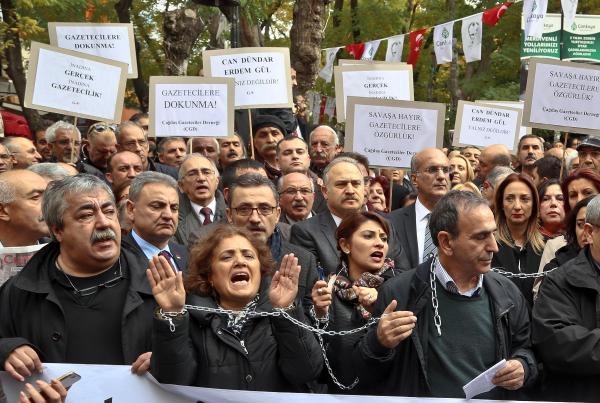 török tüntetés újságiról letartóztatása ellen