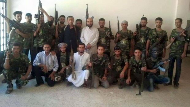 Szabad Eufráteszi Brigád aleppoi csoportja. Középen fehér ruhában a csoport vezetője tőle balra feketeruhában Al-Hajah az alvezér.