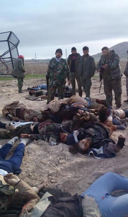 Daesh terroristák vízszintes helyzetben, miután beleszaladtak a Szíriai Arab Hadsereg Tigris Alakulatainak egyik alegységébe. Már nem kell, hogy kifizesse a napi zsoldjukat a terroristák kalifája.