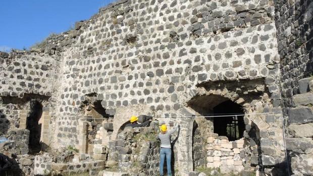 A középkori fürdőépület mögötti homlokzat mérése