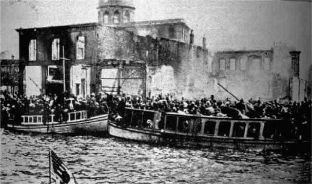 مواطنين يونانيين من ازمير في محاولة للوصول إلى سفن الحلفاء هربا من المجازر عام 1922.