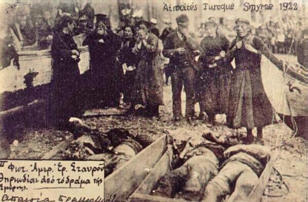 نساء يونانيات تبكي لمقتل أقربائها بعد مجزرة أزمير عام 1922.