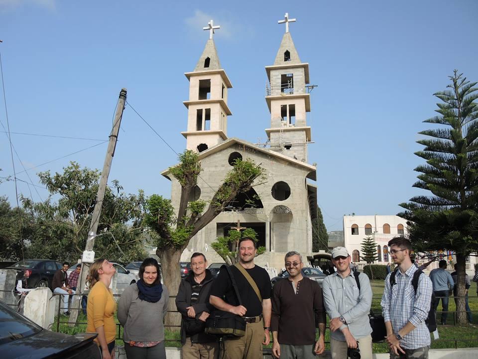 A maracleai templom előtt