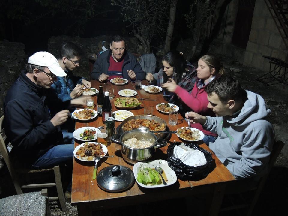 Vacsora az udvaron