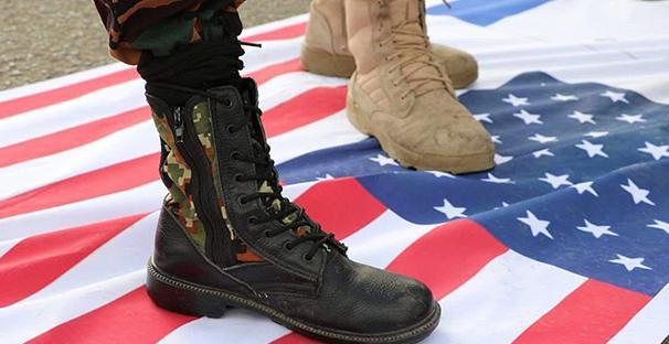 A tüntetésen megtapossák az amerikai zászlót