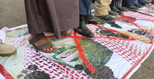 Az ellenségek arcát tapossák meg a demonstrálók