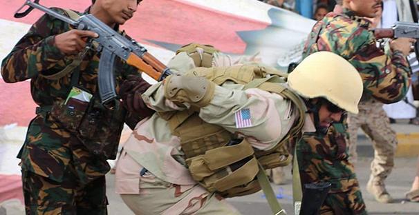 """Egyesült Államok-ellenes demonstráción amerikai katonának öltözött jemeni férfit """"fognak el"""""""
