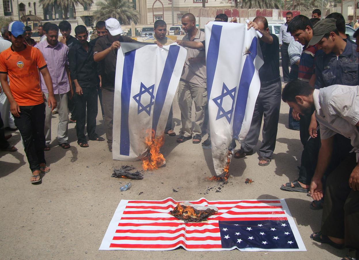Amerikai és izraeli zászlókat égetnek el