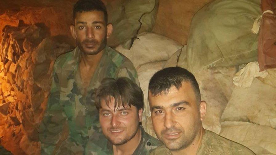 Hasszan Haled Ali bajtársaival az alagútban