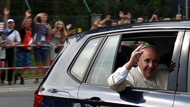 Krakkó, 2016. július 27. Az ötnapos  lengyelországi zarándoklatra érkezett Ferenc pápa integet a krakkói Balice Repülőtéren tartott fogadási ünnepség után, 2016. július 27-én. (MTI/EPA/Marcin Obara)