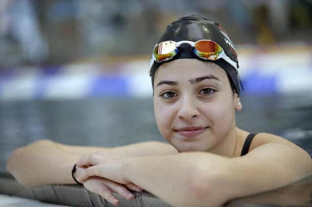 És végül ne felejtsük el a menekült státuszú versenyzők között indult szíriai Yusra Mardinit, aki futamot nyert 100 méteres pillangóban.  mardini  A 18 éves lány a testvérével tavaly nyáron úszva ért el Törökországból Európába, miután a csónak, amin megpróbáltak átkelni, túlterhelt volt. A 40. helyet szerezte meg az olimpián, de futamgyőzelmét felállva tapsolta meg a közönség.
