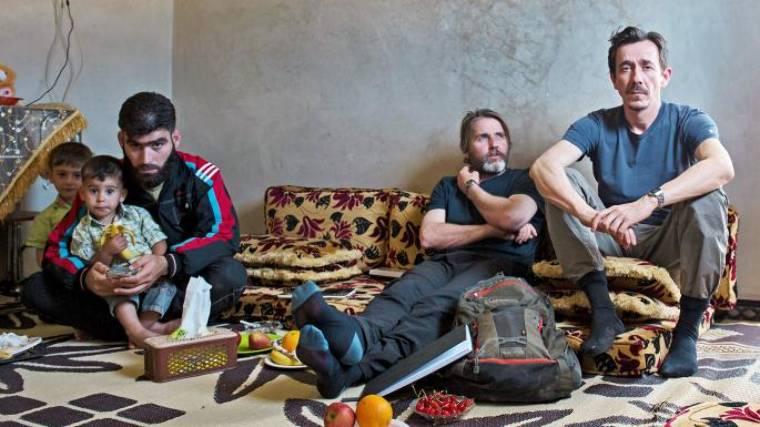 Anthony Loyd riporter és Jack Hill fotós későbbi fogvatartójával, Hakim Abu Jamallal