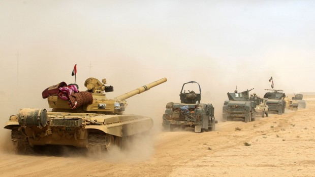 Iraqi forces deploy on October 17, 2016 in the area of al-Shurah, some 45 kms south of Mosul, as they advance towards the city to retake it from the Islamic State (IS) group jihadists. Some 30,000 federal forces are leading the offensive, backed by air and ground support from a 60-nation US-led coalition, in what is expected to be a long and difficult assault on IS's last major Iraqi stronghold.   / AFP PHOTO / AHMAD AL-RUBAYE