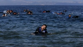A refugee reacts from exhaustion while swimming towards the shore after a dinghy carrying Syrian and Afghan refugees deflated some 100m away before reaching the Greek island of Lesbos, September 13, 2015. Of the record total of 432,761 refugees and migrants making the perilous journey across the Mediterranean to Europe so far this year, an estimated 309,000 people had arrived by sea in Greece, the International Organization for Migration (IMO) said on Friday. About half of those crossing the Mediterranean are Syrians fleeing civil war, according to the United Nations refugee agency. REUTERS/Alkis Konstantinidis - RTSUQH