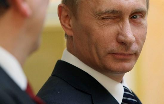 Moszkva, 2009. február 6. Vlagyimir PUTYIN orosz miniszterelnök kacsint José Manuel BARROSO-ra, az Európai Bizottság elnökére a moszkvai tárgyalásaik végén tartott sajtóértekezleten 2009. február 6-án. (MTI/AP/Alekszej Druzsinyin)