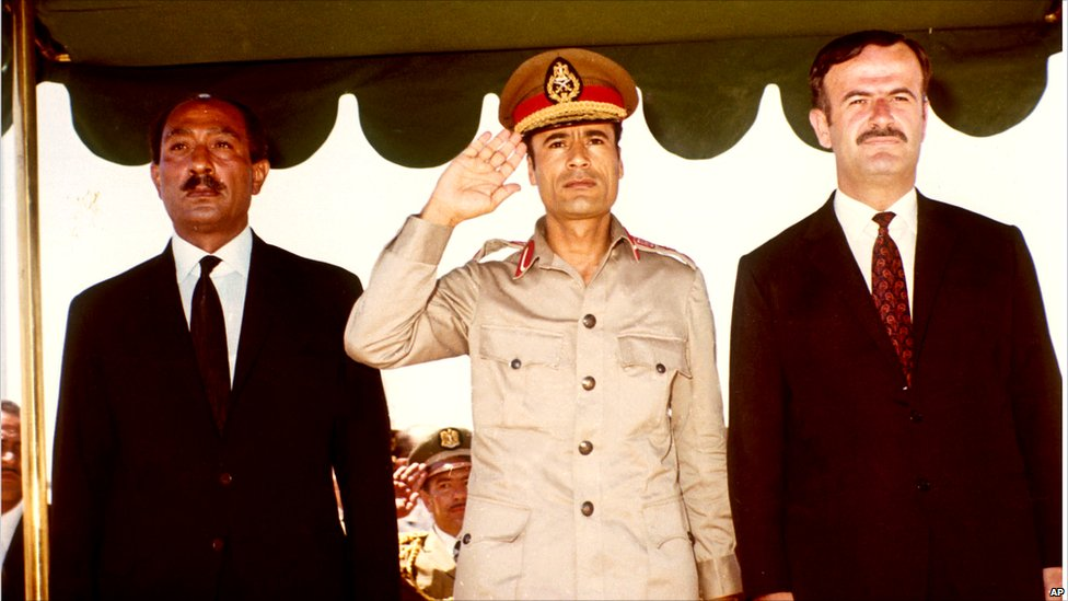 szadat-kadhafi-assad-balrol-jobbra-bengaziaban-talalkozott-egymassal-amikor-alairtak-a-harom-orszag-uniojarol-szolo-nyilatkozatot