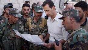 Mardzs asz-Szultán, 2016. június 27. A SANA szíriai állami hírügynökség által 2016. június 27-én közreadott képen Bassár el-Aszad szíriai elnök (k) látogatást tesz a Damaszkusztól tizenöt kilométerre keletre fekvõ Mardzs asz-Szultán faluban állomásozó katonáknál június 26-án. (MTI/EPA/SANA)