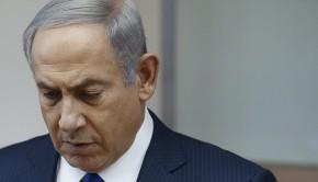 Jeruzsálem, 2016. szeptember 28. Benjámin Netanjahu izraeli kormányfő a Simon Peresz egykori izraeli államelnök halálhírét követően összehívott rendkívüli kabinetülésen Jeruzsálemben 2016. szeptember 28-án, a háttérben Peresz portréja. A Nobel-békedíjas politikust szeptember 13-én agyvérzéssel szállították kórházba Tel Aviv-ban, ahol szeptember 28-án, 93 éves korában elhunyt. (MTI/EPA/Reuters pool/Ronen Zvulun)