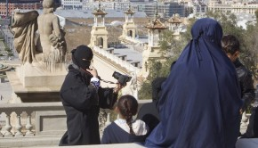 epa04670008 A woman wearing a niqab (L) makes a 'selfie' outside Catalonian National Art Museum (MNAC) as she does sightseeing at Montjuic mountain in Barcelona, Catalonia, north-eastern Spain, 19 March 2015. A niqab is a cloth that covers the face as a part of sartorial hijab.  EPA/MARTA PEREZ