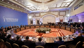 Az orosz, az iráni és a török delegáció tagjai a Bassár el-Aszad vezette szíriai kormány és az ellene harcoló különböző felkelőcsoportok képviselői között rendezett kétnapos konferencia előtt egy asztanai szállodában 2017. január 23-án (Fotó: MTI/AP/Szerhij Gric)