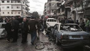 Dzseble, 2017. január 5. A SANA szíriai állami hírügynökség által közreadott kép civilekrõl egy pokolgépes merénylet helyszínén, a nyugat-szíriai Latakia tartomány Dzseblében 2017. január 5-én, miután autóba rejtett bomba robbant a kormányerõk kezén levõ város stadionjánál. Az Emberi Jogok Szíriai Megfigyelõközpontja, az OSDH szerint a merényletnek legkevesebb tizenöt halálos áldozata van, az Al-Ikbaria nevû kormányközeli televíziós csatorna tíz halottról és harminc sebesültrõl adott hírt. (MTI/AP/SANA)