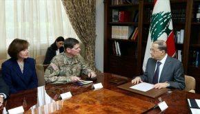 Az amerikai tábornok Michel Aounnal való találkozása során.
