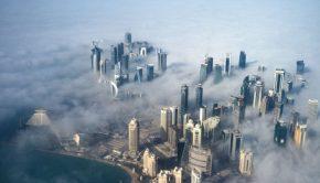 A katari főváros, Doha látképe hajnali ködben. (Kép forrása: MTI/EPA/Yoan Valat)