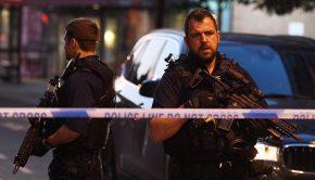 Rendőrök zárják le a Finsbury Park környékét, ahol furgon gázolt el gyalogosokat a brit főváros, London északi részén, a Seven Sisters Roadnál 2017. június 19-én. A jármű a közelben lévő mecsetből távozó tömegbe hajtott. A rendőrség tájékoztatása szerint egy embert őrizetbe vettek, a sérülteket kórházban ápolják. (MTI/EPA/Facundo Arrizabalaga)