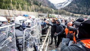 Tüntetők és rohamrendőrök az Olaszország és Ausztria közötti Brenner-hágó határátkelőnél 2016. április 24-én. (MTI/EPA/Jan Hetfleisch)