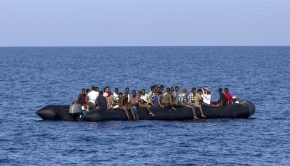 Illegális bevándorlók a Földközi-tengeren. Fotó: AFP