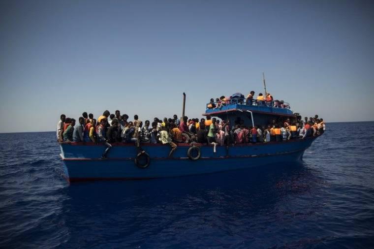 Illegális bevándorlók tömegei a Földközi-tengeren. Fotó: AFP