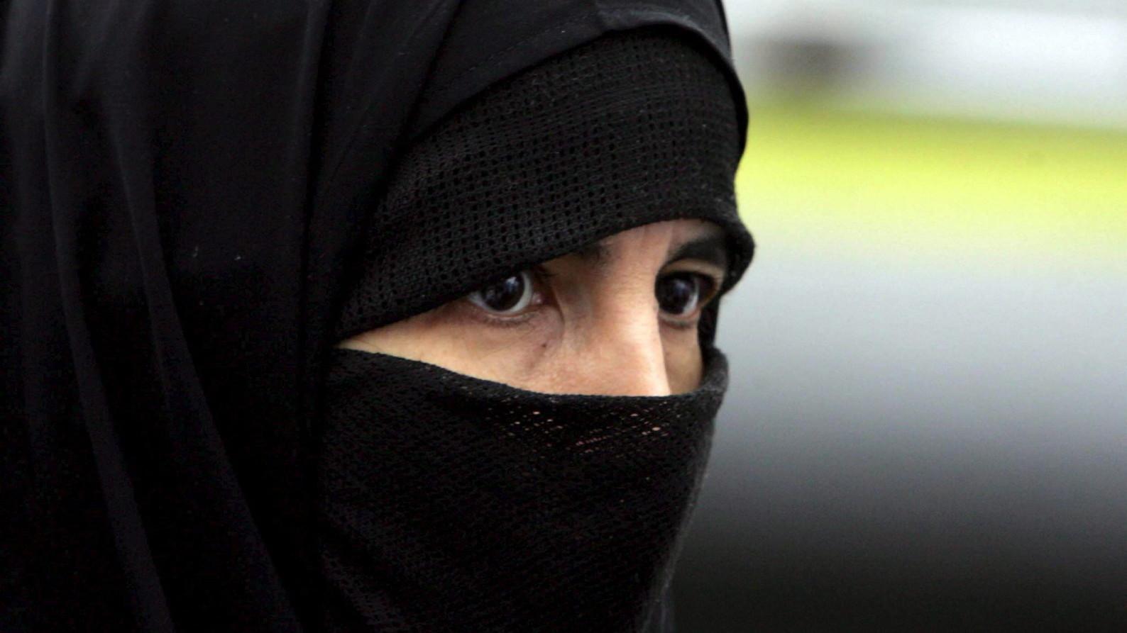 Muszlim zarándok imádkozik a mekkai Nagymecset előtt 2006. december 27-én. Szaúd-Arábiába a hónap eleje óta utaznak tömegesen a haddzsra érkező zarándokok – a helyi hatóságok ezen a napon adták hírül, hogy a szokásos zarándoklatot követő áldozati ünnep, az íd al-adha december 30-án kezdődik (Fotó: MTI/EPA/MOHAMED MESZARA)