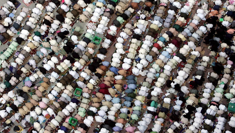 Muszlim zarándokok imádkoznak a mekkai Nagymecset előtt 2006. december 27-én. Szaúd-Arábiába a hónap eleje óta utaznak tömegesen a háddzsra érkező zarándokok – a helyi hatóságok ezen a napon adták hírül, hogy a szokásos zarándoklatot követő áldozati ünnep, az íd al-adha december 30-án kezdődik (Fotó: MTI/EPA/MOHAMED MESZARA)