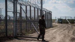 Egy katona a kaput zárja be a járőrautó behajtása után a magyar-szerb határon álló biztonsági határzáron, Kübekházánál. MTI Fotó: Ujvári Sándor