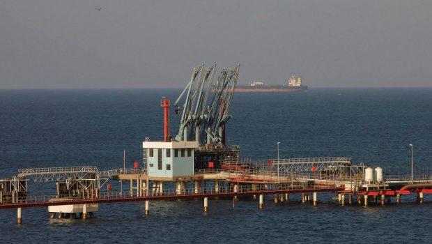 Forrás: Reuters Olajtanker várakozik a tobruki kikötő közelében. Leporolják a terveket