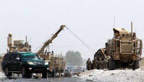 Amerikai katonák biztosítanak egy utat a dél-afganisztáni Kandahárban 2017. augusztus 2-án, miután öngyilkos merénylő támadt egy amerikai katonai gépjárműoszlopra Daman körzet Sor Andam-i területén az országúton – az áldozatok száma nem ismert (Fotó: MTI/EPA/Muhamad Szadik)