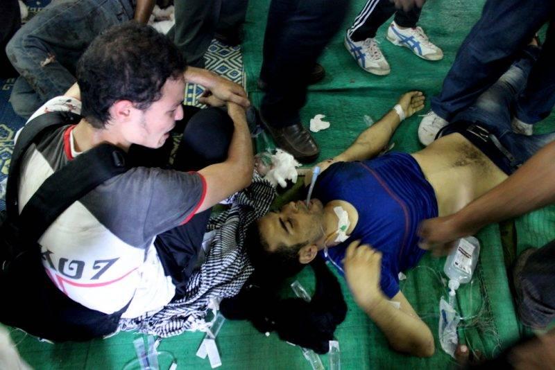 Sebesült tüntetőt látnak el a mecsetből átalakított szükségkórházban 2013-ban Kairóban. Fotó: JS