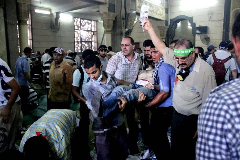 Sebesült tüntetőt visznek a szükségkórházzá alakított mecsetből 2013 augusztusában, Kairóban. Fotó: JS