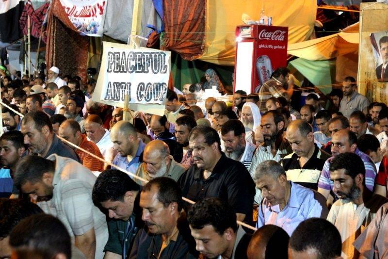 Muzulmán Testvérek imádkoznak 2013-ban Kairó Raba'a Ál Ádávíja nevű terén. Fotó: JS