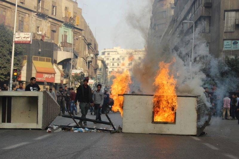 Puccs ellen tüntető fiatalok tüzeket gyújtanak Kairó belvárosában. Fotó: JS