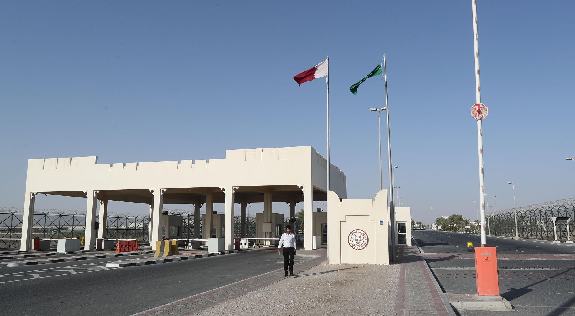 Átkelő a lezárt katari-szaúdi határon. A blokád miatt már több száz katari teve is megdöglöttFotó: KARIM JAAFAR/AFP