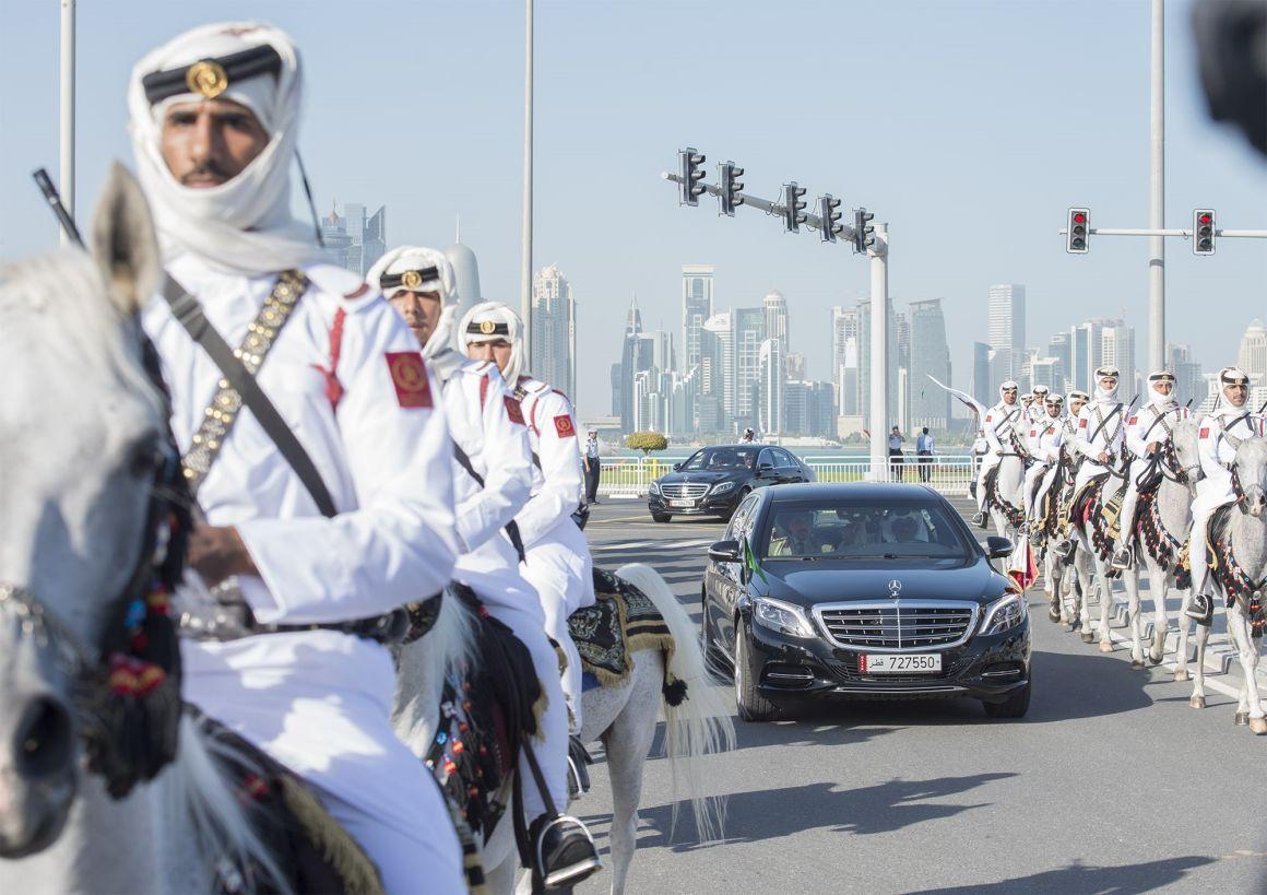 A szaúdi király ünnepélyes kísérete egy tavalyi látogatásán Dohában.Fotó: Bandar Algaloud/ Saudi Kingdom//Anadolu Agency