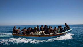 Guarabuli, 2017. július 9. Olaszországba indult illegális bevándorlók a líbiai partok előtt, a Tripolitól keletre fekvő Guarabuli térségében 2017. július 8-án, miután a líbiai parti őrség kimentette őket. A hatóság 85 migránst kimentett, mintegy 20 pedig eltűnt, amikor a csónakjuk bajba került a Földközi-tengeren. (MTI/EPA)