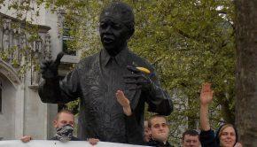 A National Action tagjainak egy korábbi demonstrációja Londonban Nelson Mandela szobránál Fotó: Wikipédia