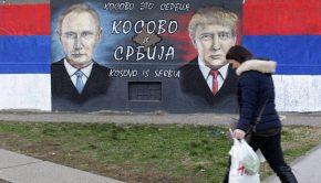 Vlagyimir Putyin orosz államfőt és Donald Trump amerikai elnököt ábrázoló falfestés előtt megy el egy nő Belgrádban 2016. december 5-én – képünk illusztráció (Fotó: MTI/EPA/Andrej Cukic)